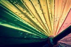 guarda-chuva colorido Multi-colorido com todas as cores do arco-íris com pingos de chuva Fotos de Stock Royalty Free