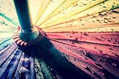 guarda-chuva colorido Multi-colorido com todas as cores do arco-íris com pingos de chuva Foto de Stock