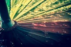 guarda-chuva colorido Multi-colorido com todas as cores do arco-íris com pingos de chuva Imagem de Stock