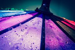 guarda-chuva colorido Multi-colorido com todas as cores do arco-íris com pingos de chuva Fotos de Stock