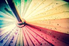 guarda-chuva colorido Multi-colorido com todas as cores do arco-íris com pingos de chuva Imagens de Stock Royalty Free