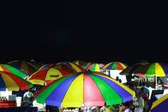 Guarda-chuva colorido na noite da praia do mar fotografia de stock royalty free