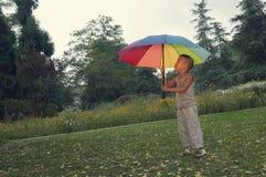 Guarda-chuva da posse do menino Fotografia de Stock Royalty Free