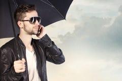 Guarda-chuva da terra arrendada do homem Fotografia de Stock Royalty Free
