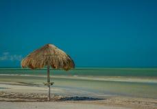 Guarda-chuva de Palapa ao longo de uma praia das caraíbas em Isla Holbox Mexico fotografia de stock