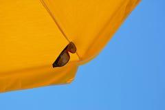 Guarda-chuva de praia amarelo Imagens de Stock