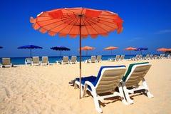 Guarda-chuva de praia claro do céu foto de stock