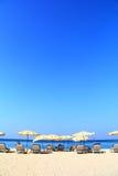 Guarda-chuva de praia claro do céu imagens de stock royalty free