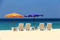 Guarda-chuva de praia claro do céu imagens de stock