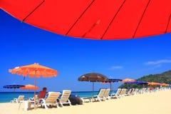 Guarda-chuva de praia claro do céu fotografia de stock