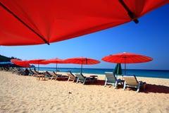 Guarda-chuva de praia claro do céu imagem de stock royalty free