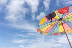 Guarda-chuva de praia colorido Fotografia de Stock