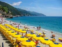Guarda-chuva de praia colorido fotos de stock