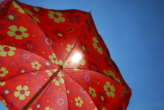Guarda-chuva de praia de encontro ao céu azul imagens de stock royalty free