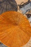 Guarda-chuva de praia de vime e sylish sunbed Imagens de Stock