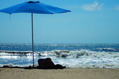 Guarda-chuva de praia na areia nos bancos exteriores Foto de Stock