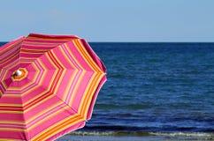 Guarda-chuva de praia na praia e no mar Imagens de Stock Royalty Free