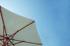 Guarda-chuva de praia no céu Fotografia de Stock