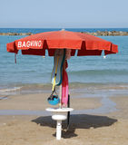 Guarda-chuva de praia vermelho Fotos de Stock