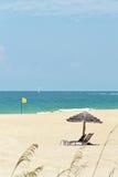 Guarda-chuva de Sun e uma bandeira amarela em Miami, Florida Fotografia de Stock Royalty Free
