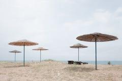 Guarda-chuva do para-sol na praia do mar Foto de Stock Royalty Free