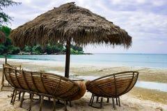 guarda-chuva dos juncos cadeira e sofá na praia Camboja fotos de stock