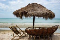 guarda-chuva dos juncos cadeira e sofá na praia Camboja foto de stock royalty free