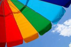 Guarda-chuva e céu de praia fotografia de stock