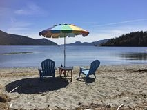 Guarda-chuva e cadeiras na praia Fotografia de Stock