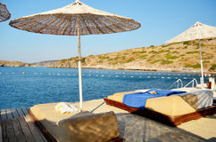 Guarda-chuva e camas de praia Imagem de Stock