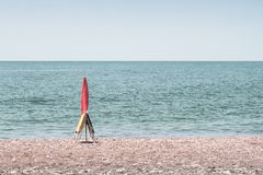 Guarda-chuva e duas cadeiras que registram o ponto na praia na Espanha de AndalucÃa do laga do ¡ de MÃ imagem de stock royalty free