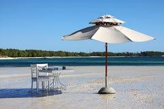 Guarda-chuva e tabela Foto de Stock Royalty Free