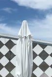 Guarda-chuva e tabuleiro de damas Fotografia de Stock