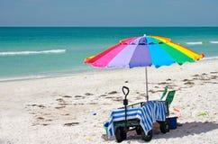 Guarda-chuva e vagão de praia Fotografia de Stock