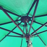 Guarda-chuva exterior da tabela verde imagem de stock royalty free