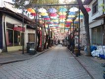 guarda-chuva extravagante acima da rua Imagens de Stock Royalty Free