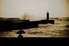 Guarda-chuva simples dos agains grandes da onda fotos de stock royalty free