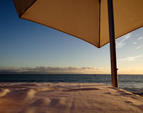 Guarda-chuva sobre a tabela na praia foto de stock