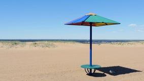 Guarda-chuva vazio da praia e de sol, baixa estação video estoque