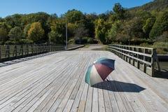 Guarda-chuva velho esquecido à esquerda na doca do rio Fotografia de Stock