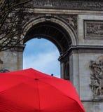 Guarda-chuva vermelho atrás das vitórias de Bonapart fotos de stock