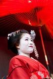 Guarda-chuva vermelho da terra arrendada da gueixa, Kyoto, Japão fotografia de stock royalty free