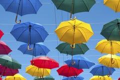 Guarda-chuvas brilhantes na rua Imagens de Stock