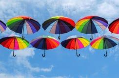 Guarda-chuvas coloridos com cores do arco-íris no céu azul Imagem de Stock Royalty Free
