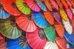 Guarda-chuvas coloridos do papel feito a mão no mercado de rua tradicional Imagens de Stock Royalty Free