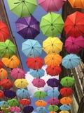 Guarda-chuvas coloridos e céu azul como o fundo foto de stock royalty free