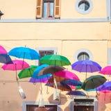 Guarda-chuvas coloridos em uma rua imagens de stock
