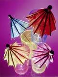 Guarda-chuvas coloridos em vidros de tiro imagens de stock