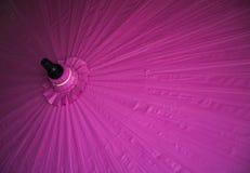 Guarda-chuvas/guarda-chuvas coloridos, fundo colorido do papel Imagem de Stock