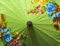 Guarda-chuvas/guarda-chuvas coloridos, fundo colorido do papel Imagens de Stock Royalty Free